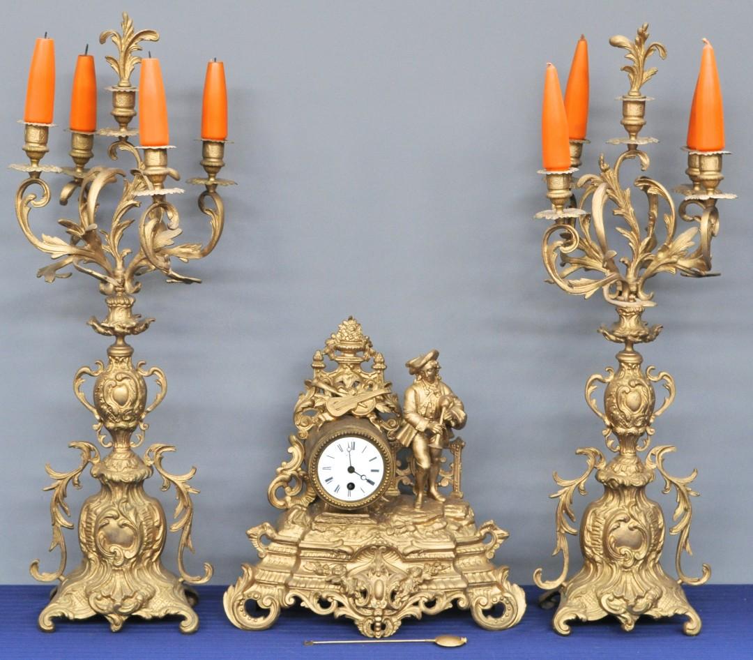 Een driedelig klokstel in lodewijk xv stijl van goudgepatineerd zamak versierd met een - Garderobe stijl van lodewijk xv ...