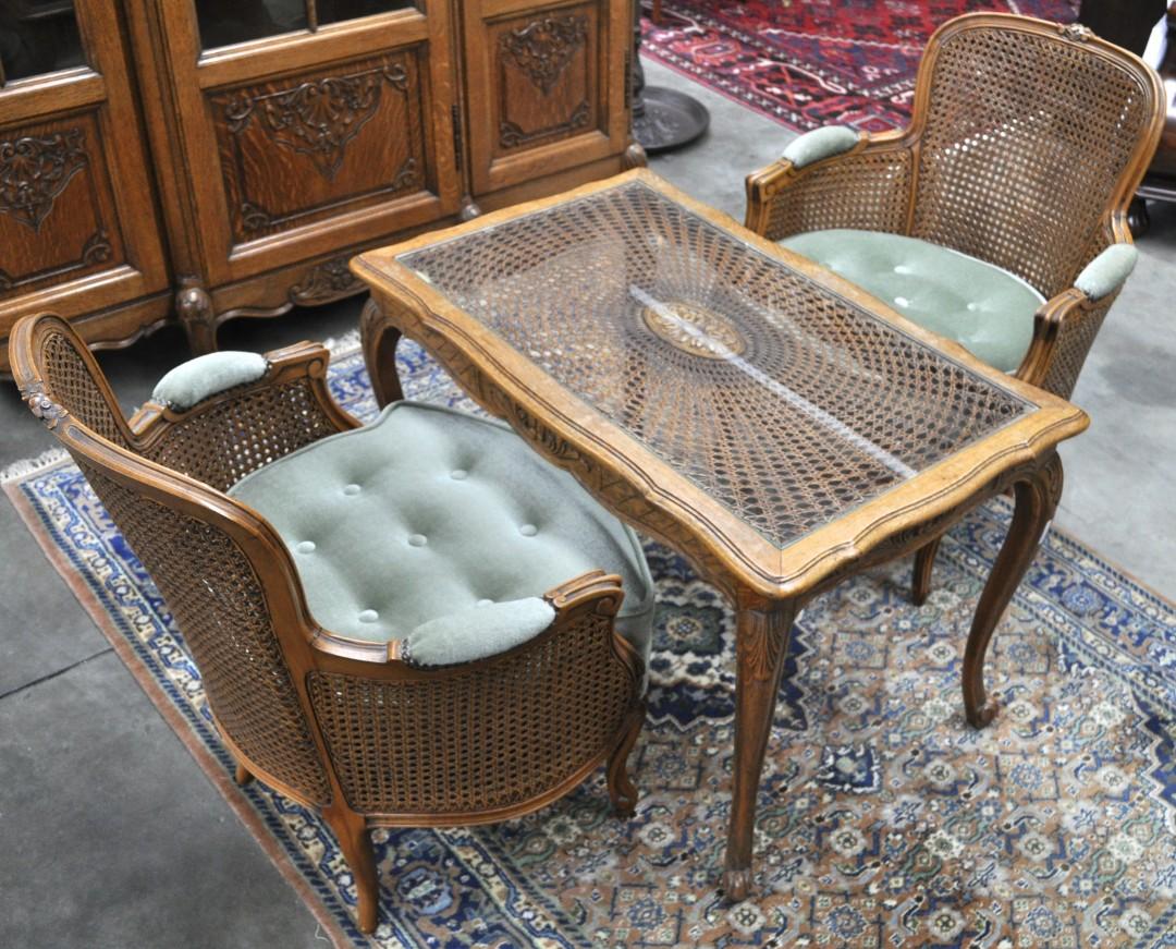 Een salongarnituur in lodewijk xv stijl bestaande uit twee armstoelen en een salontafel van - Garderobe stijl van lodewijk xv ...