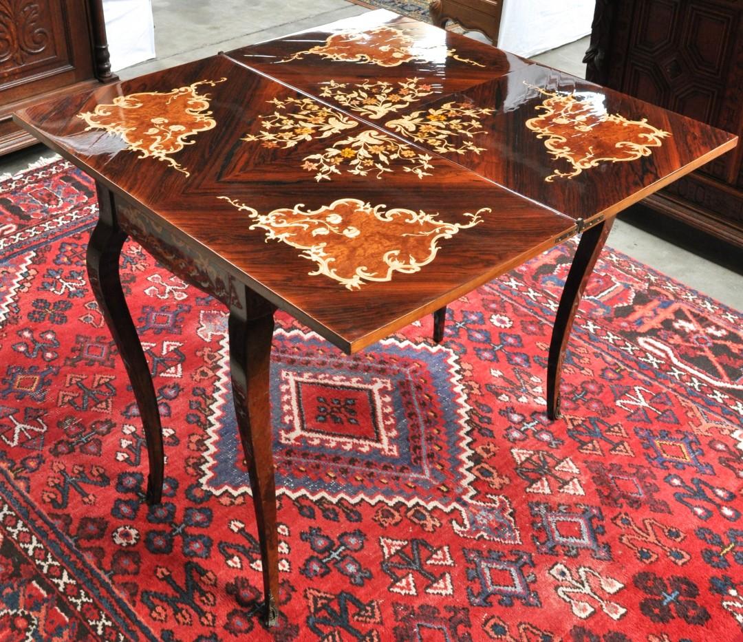 Een speeltafel van gefineerd hout in lodewijk xv stijl versierd met bloemenmarqueterie - Garderobe stijl van lodewijk xv ...