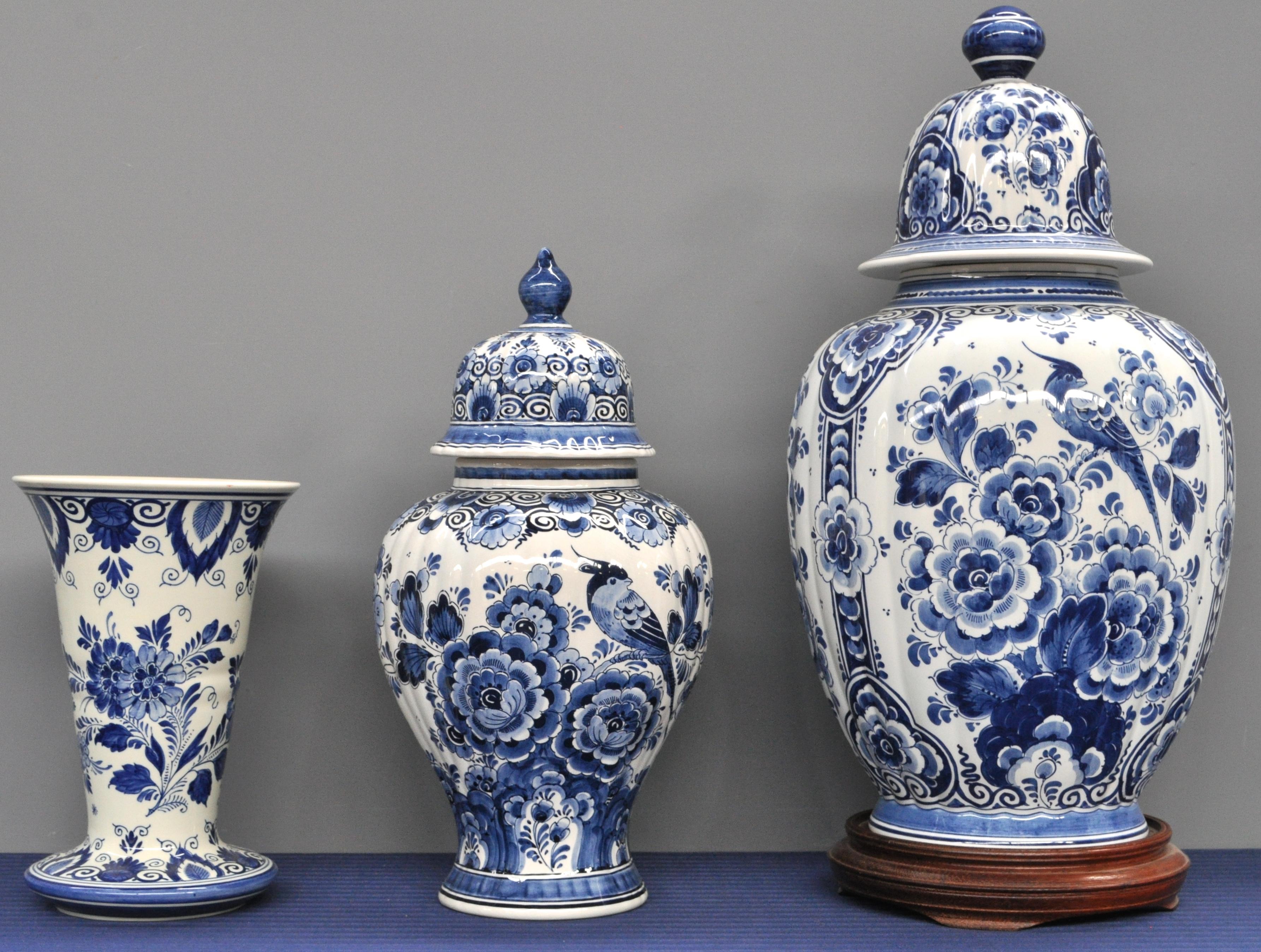 drie vazen van blauw en wit delfts aardewerk waarvan twee