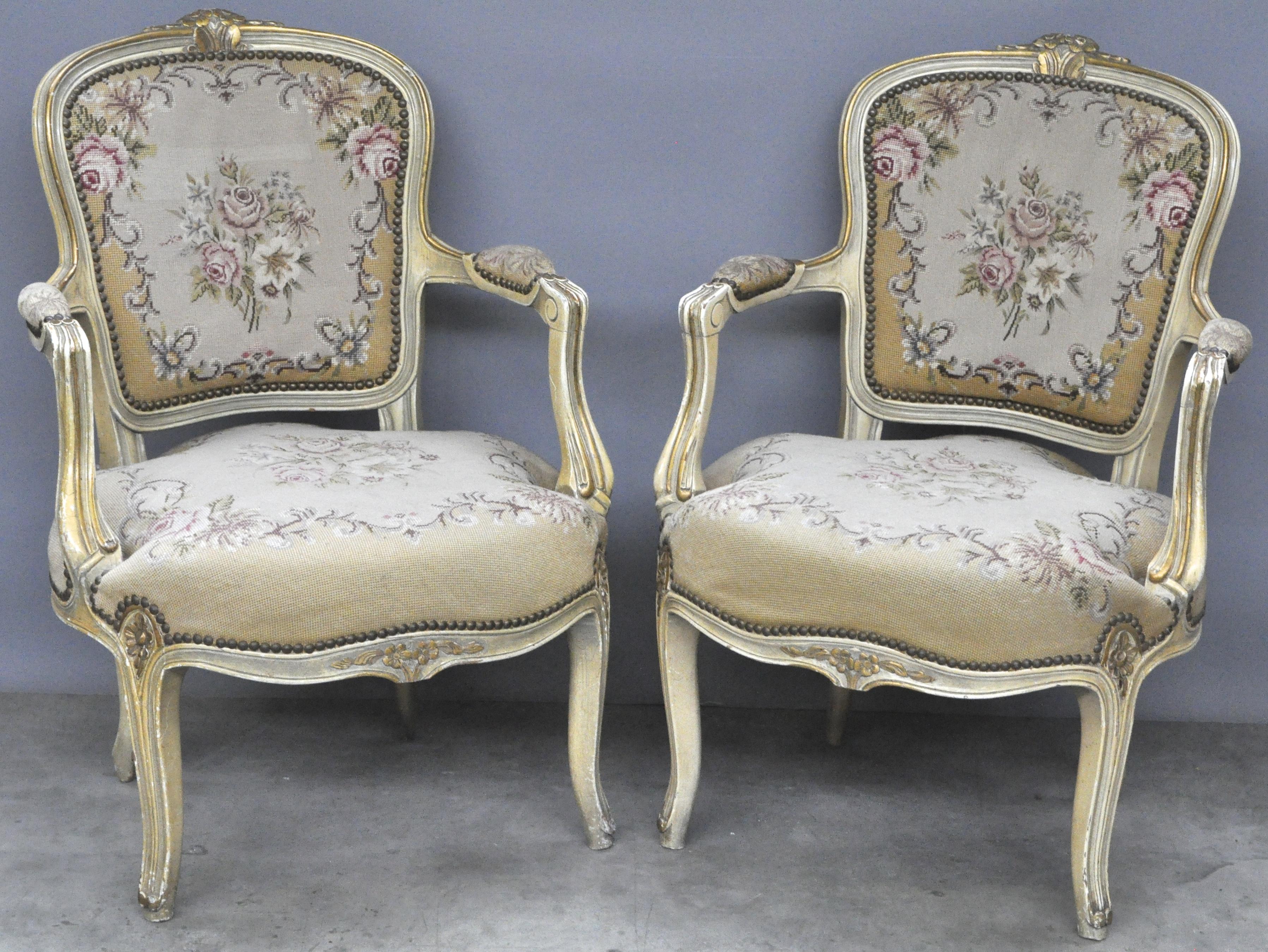 Twee fauteuils en cabriolet in lodewijk xv stijl van beige en goudgepatineerd hout bekleed met - Garderobe stijl van lodewijk xv ...