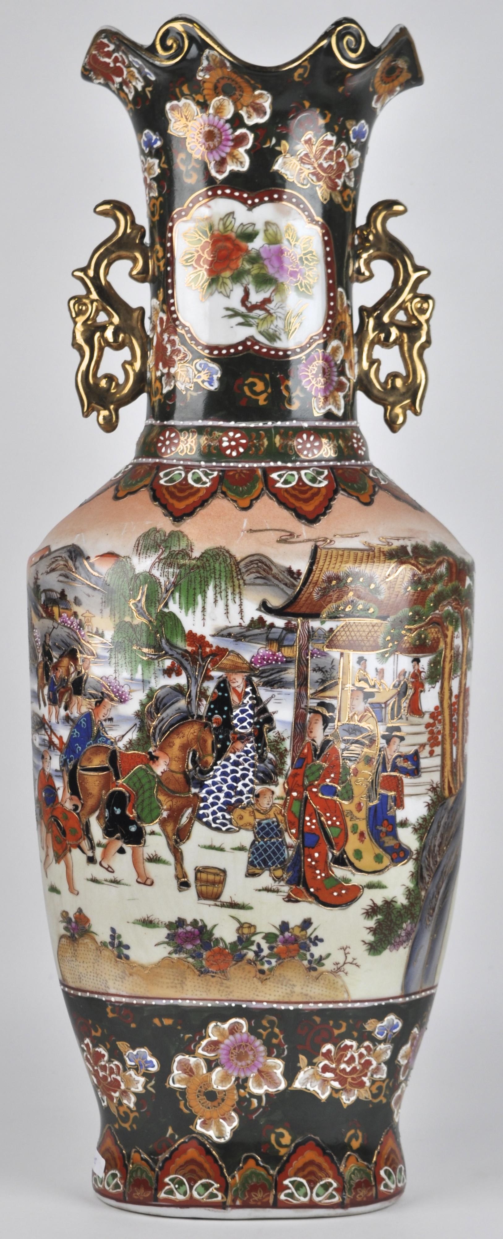Een balustervaas van Satsumaporselein met een meerkleurige hofscène in het decor. Onderaan gemerkt.