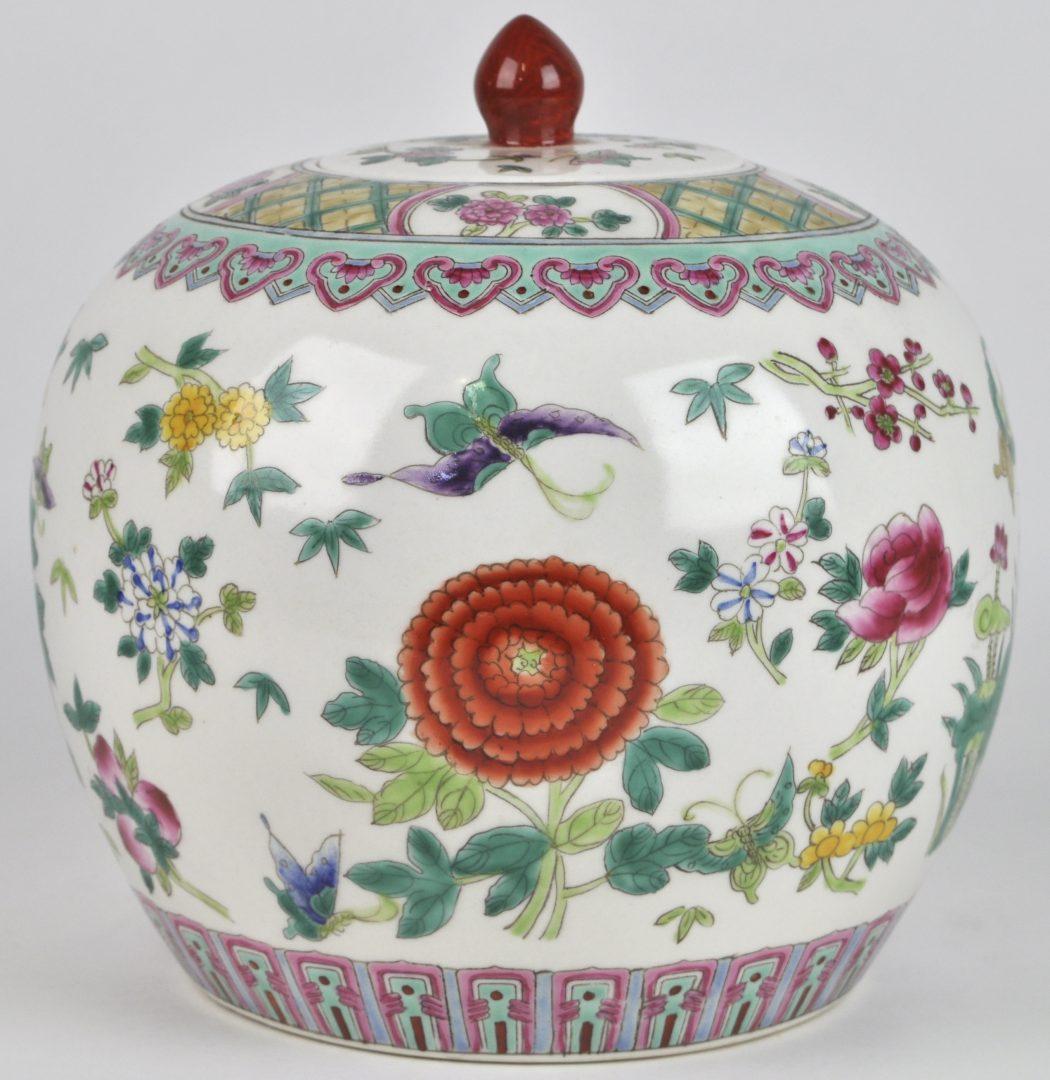 Een gemberpot van Chinees porselein met een meerkleurig decor van bloemen en vogels naar het famille rose porselein.