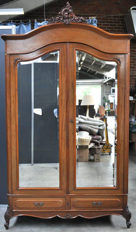Een garderobe van gefineerd hout in lodewijk xv stijl met twee laden onder twee spiegeldeuren en - Garderobe stijl van lodewijk xv ...