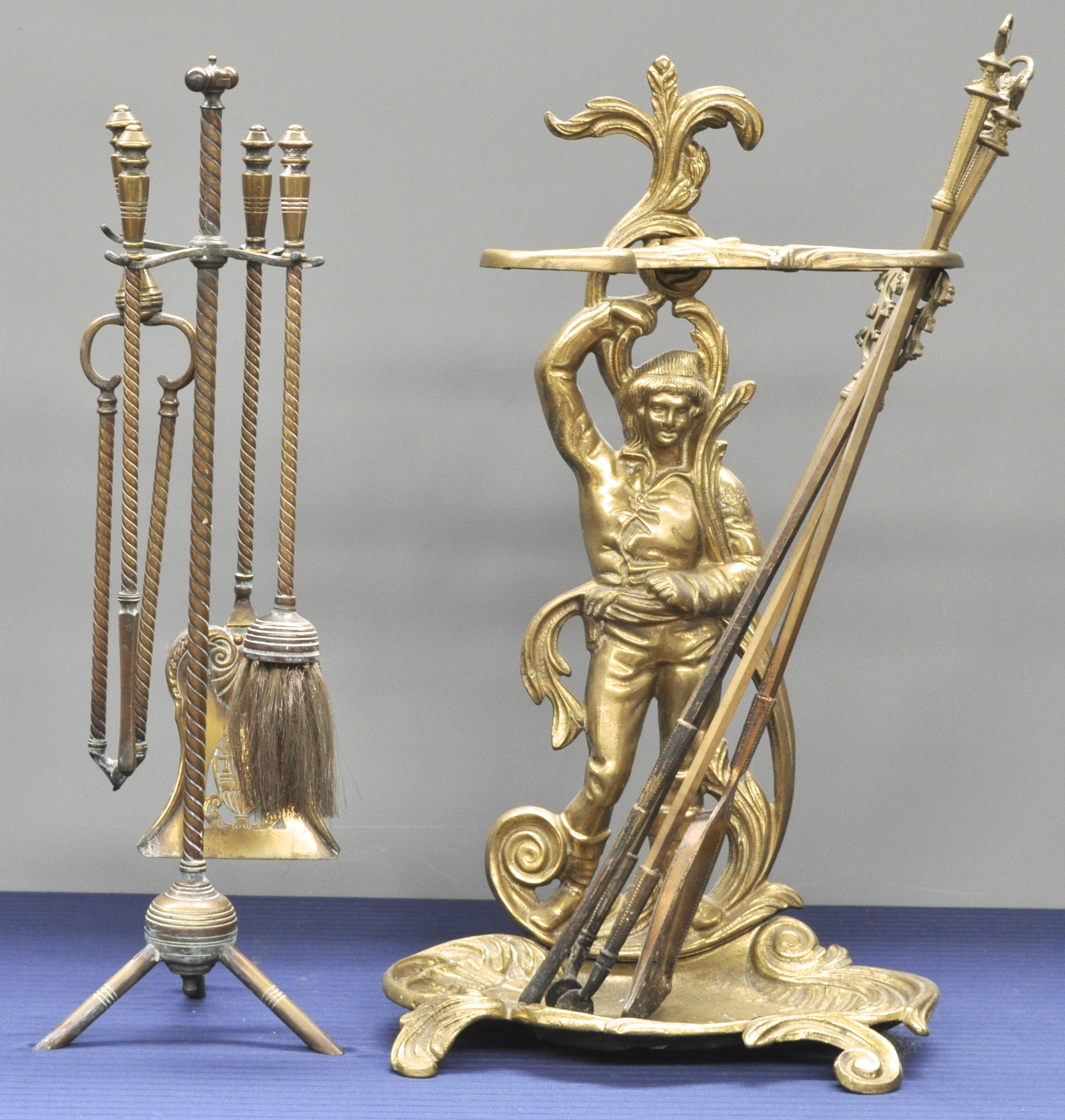 Twee haardstellen waarbij n van koper en n van brons in lodewijk xv stijl versierd met een - Garderobe stijl van lodewijk xv ...