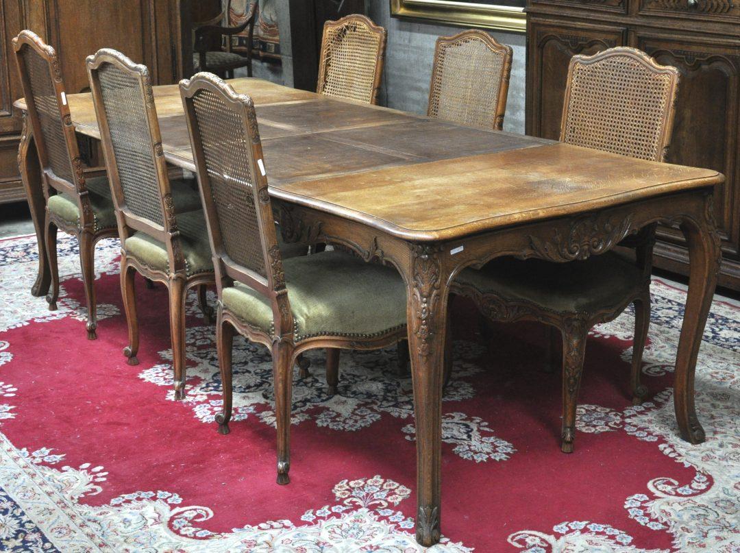 Een eettafel van gesculpteerd eikenhout in lodewijk xv stijl met zes bijbehorende stoelen met - Garderobe stijl van lodewijk xv ...