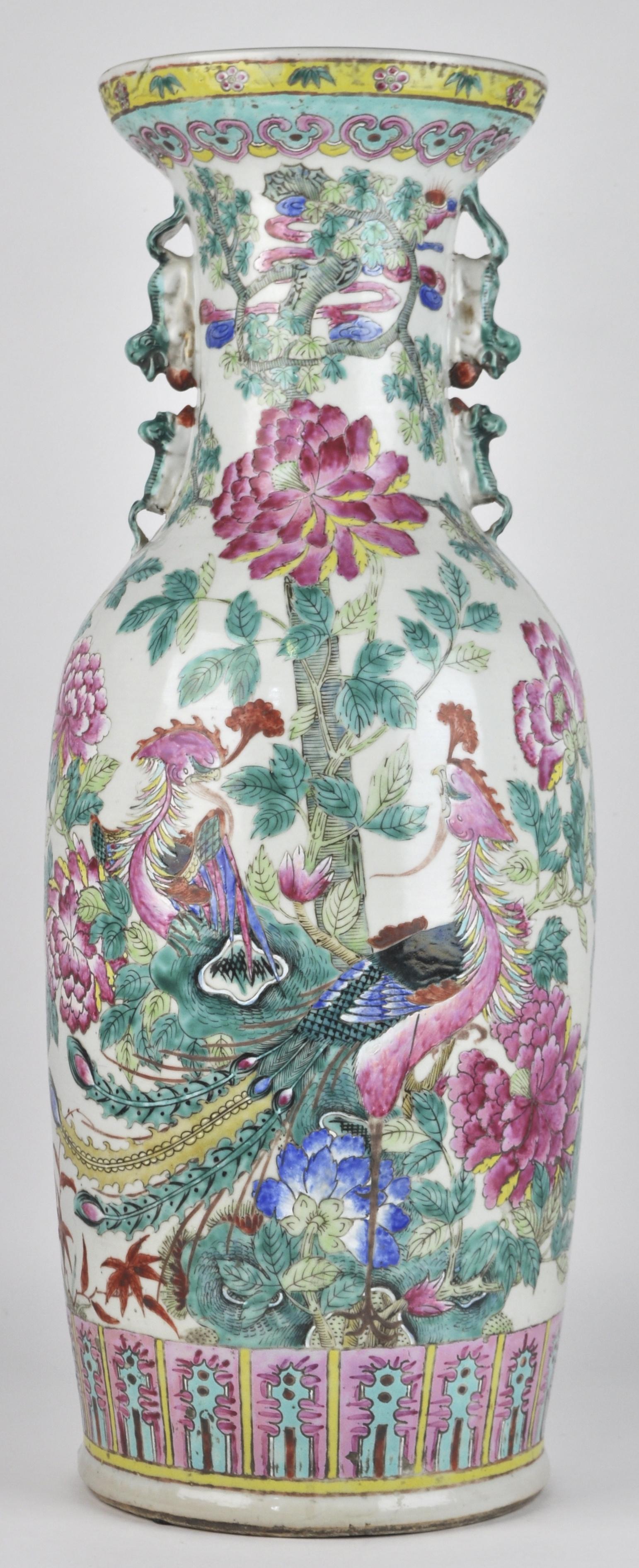Een balustervaas van Chinees porselein met een famille-rosedecor van paradijsvogels en pieonrozen. XIXe eeuw.