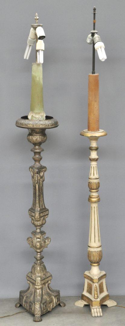 Een koperen en een houten kerkkandelaar in renaissancestijl met driehoekige voet gemonteerd als - Houten drie voet lamp ...