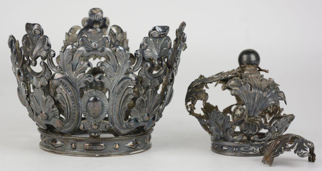 Twee kronen van heiligenbeelden van gedreven zilver in barokke stijl waarvan n kleinere en - Stijl ligstoelen anciennes ...