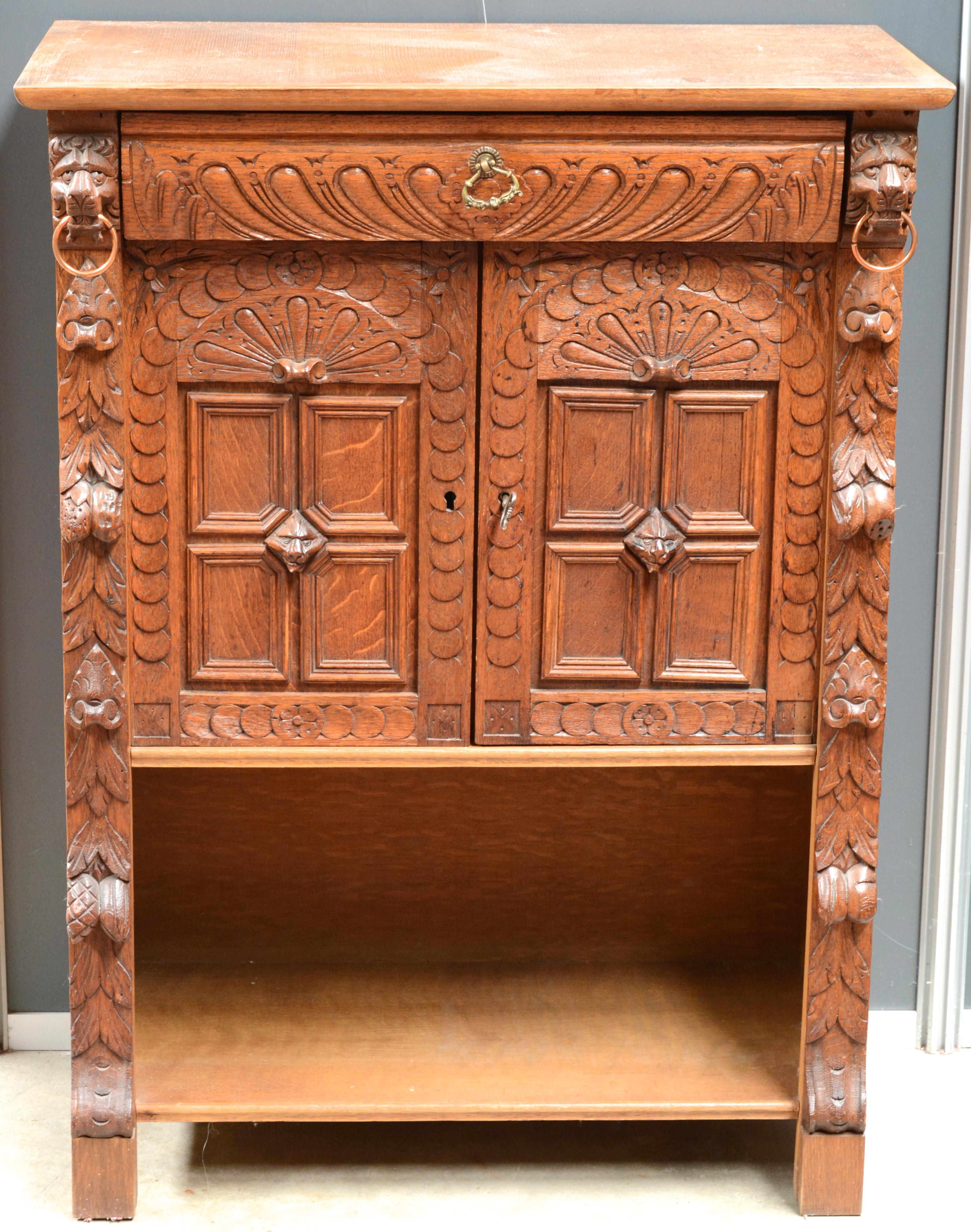 Een lage boekenkast van gesculpteerd hout in mechelse renaissancestijl met centraal een - Boekenkast hout en ijzer ...