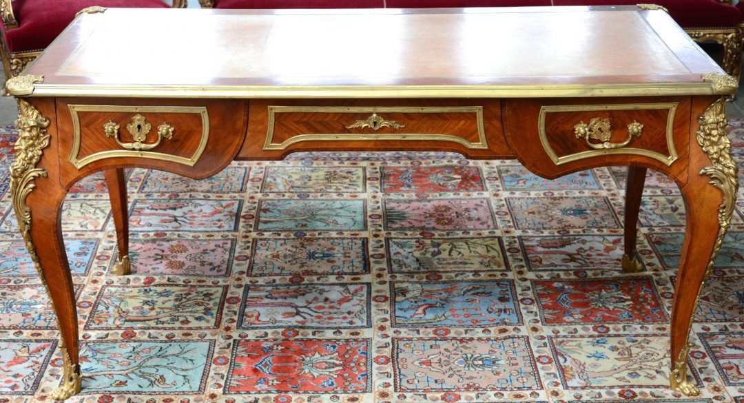 Een bureau van gefineerd hout in lodewijk xv stijl met drie laden een gevacheteerd blad en - Garderobe stijl van lodewijk xv ...