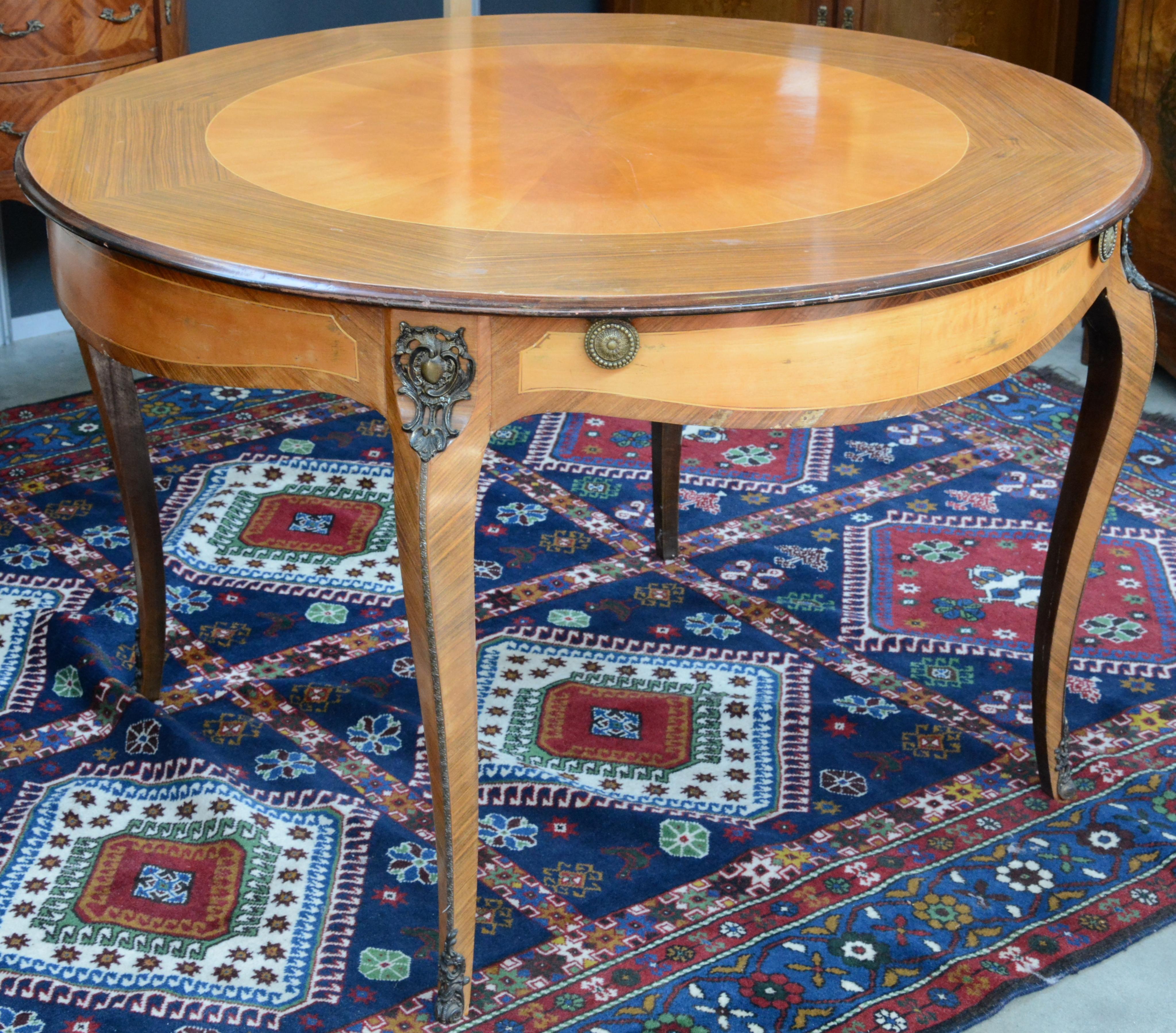Een ronde tafel van gefineerd hout in lodewijk xv stijl vier gebogen poten met bronzen monturen - Tafel een kribbe stijl industriel ...