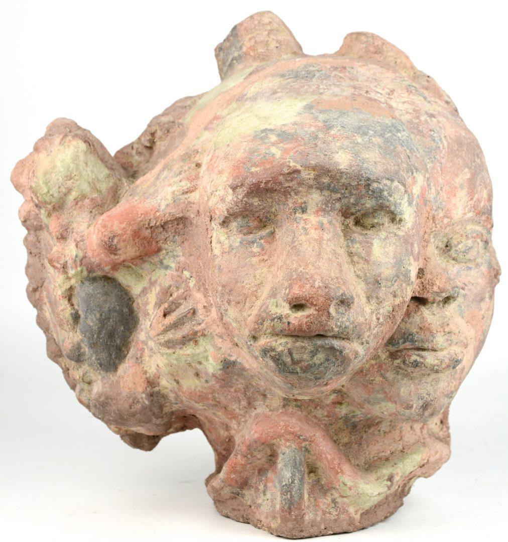 Beeldhouwwerk van terracotta met voorstelling van een kinderhoofd met een leeuwenkop een pad en - Terracotta sokkel ...