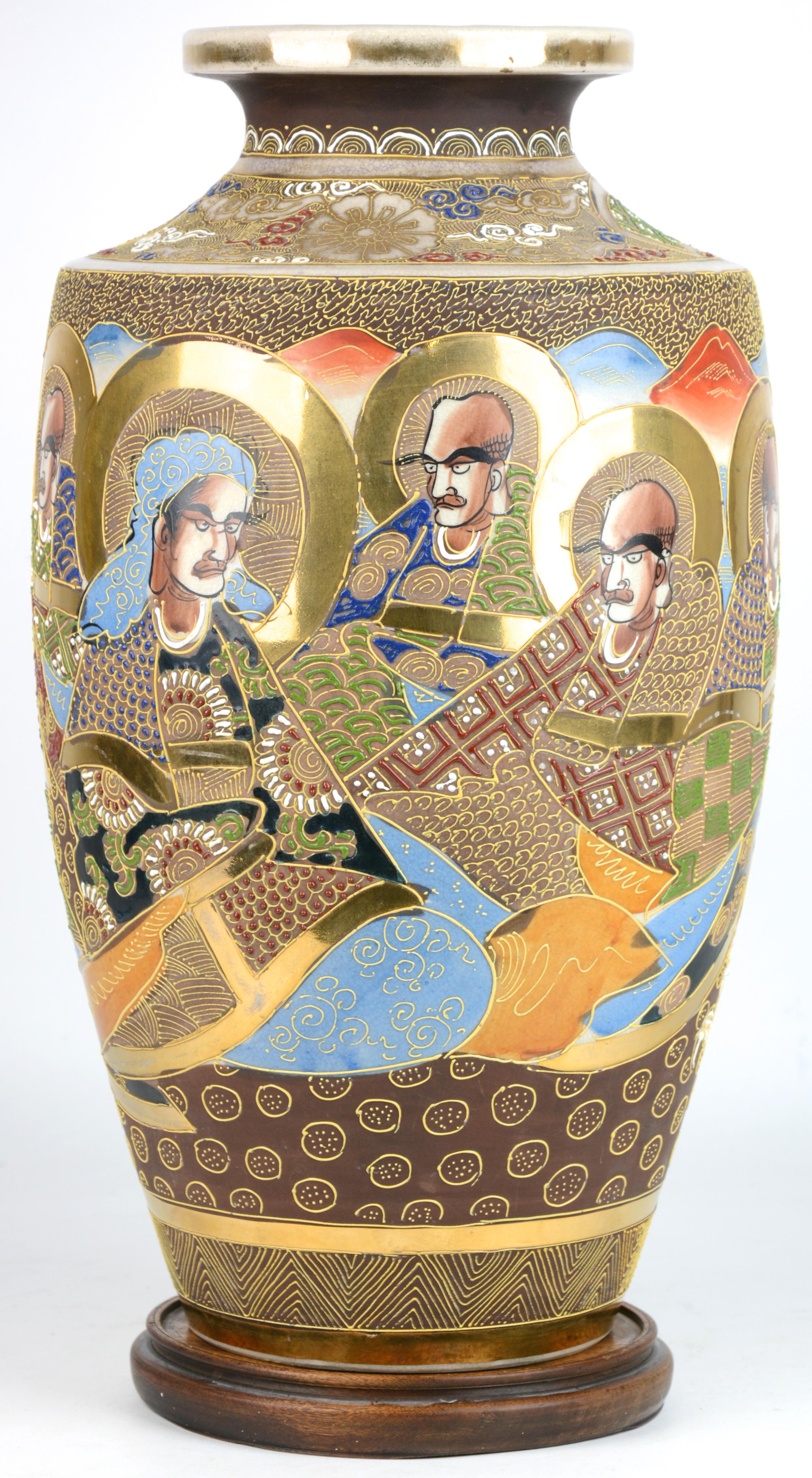 Een balustervaas van satsuma aardewerk met houten sokkel jordaens n v veilinghuis - Terracotta sokkel ...