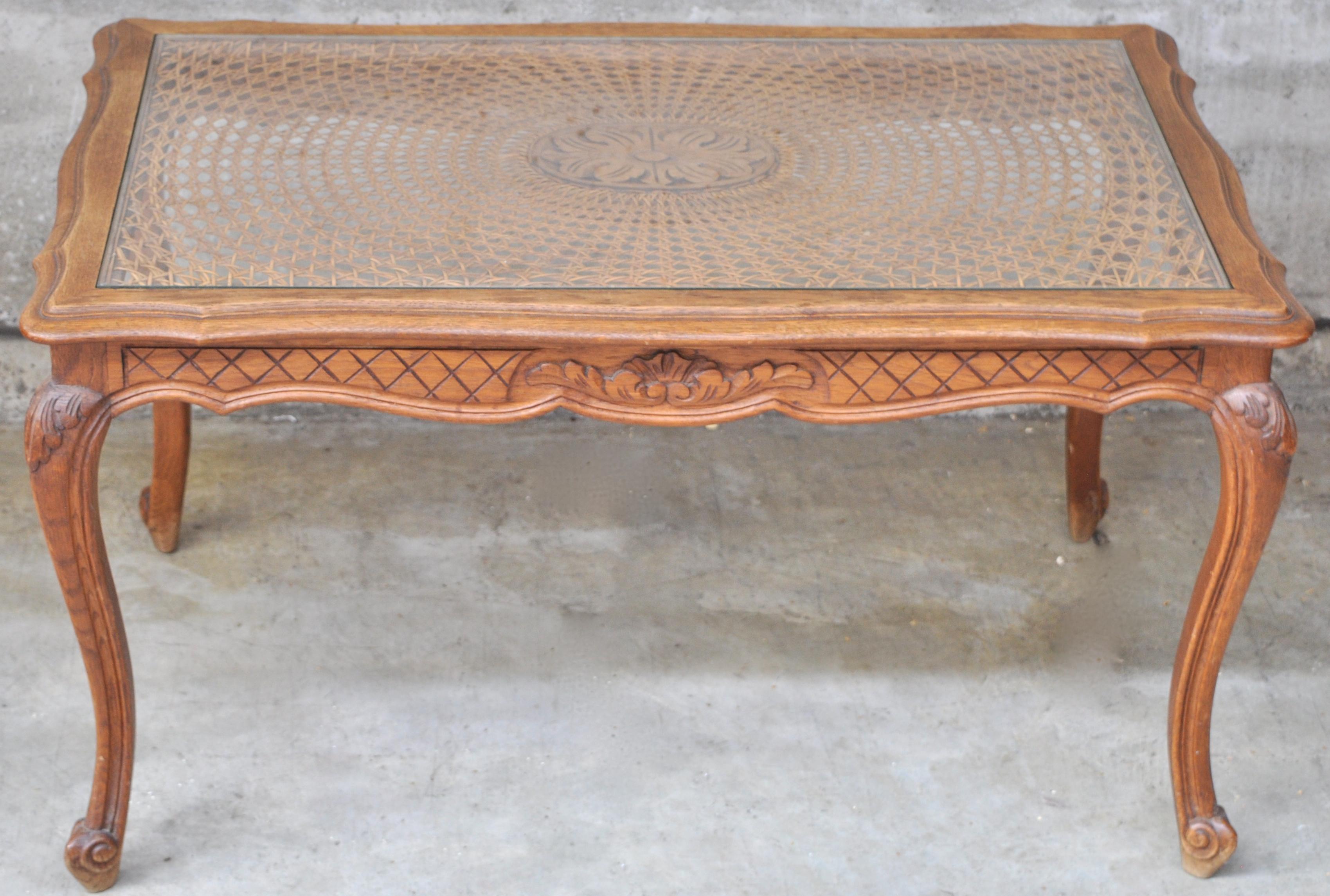 Een rechthoekig salontafeltje van gebeeldhouwd eikenhout in lodewijk xv stijl rieten blad onder - Garderobe stijl van lodewijk xv ...
