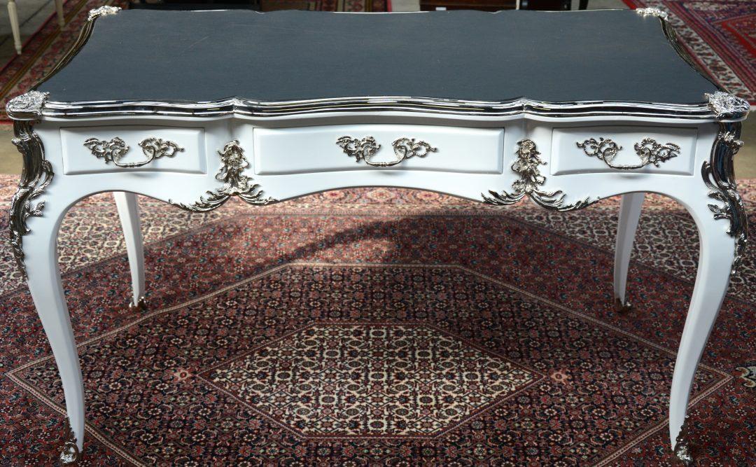 Een bureau van witgepatineerd hout in lodewijk xv stijl met een kalfslederen blad jordaens n - Garderobe stijl van lodewijk xv ...