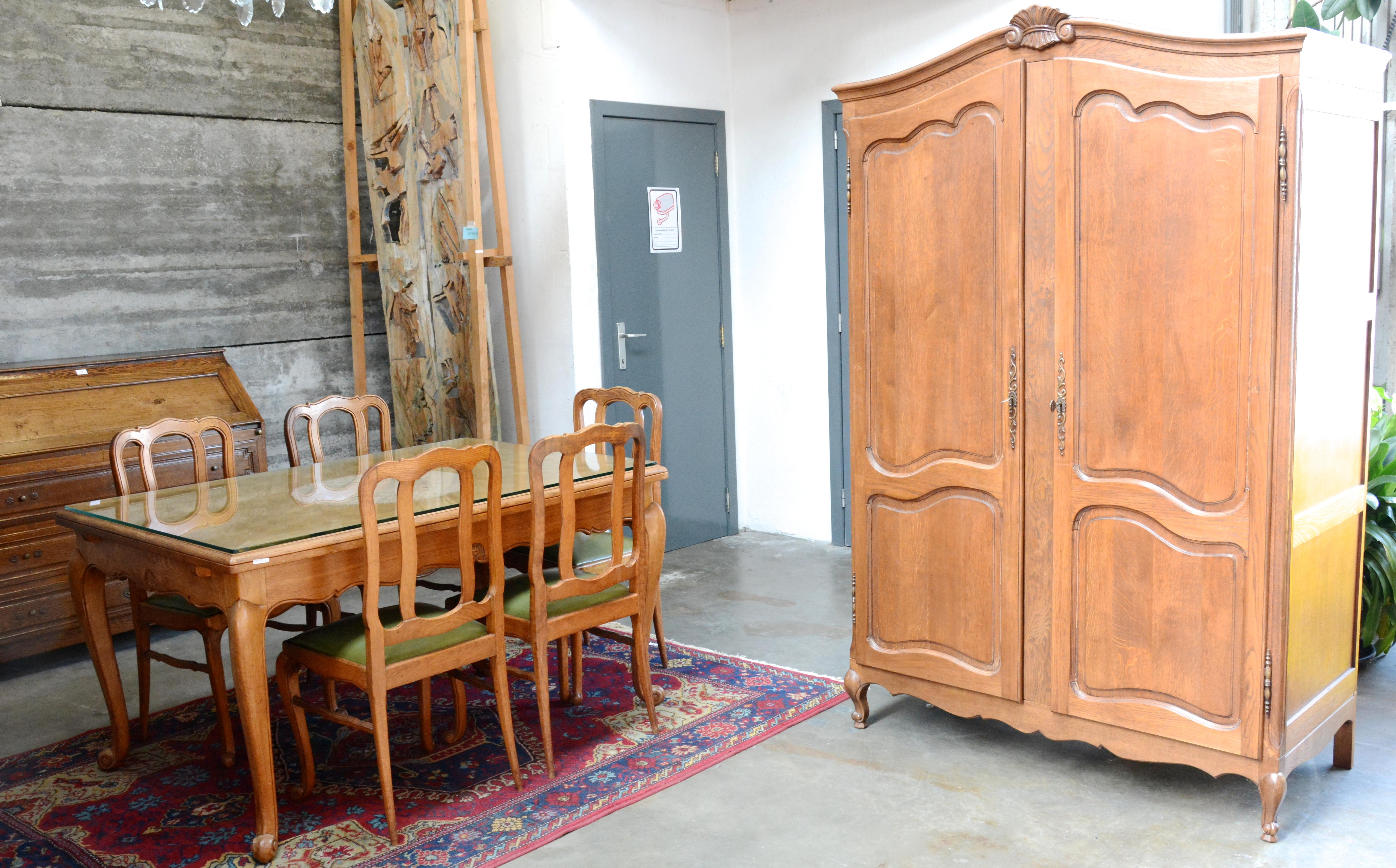 Een eetkamer van gesculpteerd eikenhout in lodewijk xv stijl bestaande uit een tafel met zes - Garderobe stijl van lodewijk xv ...