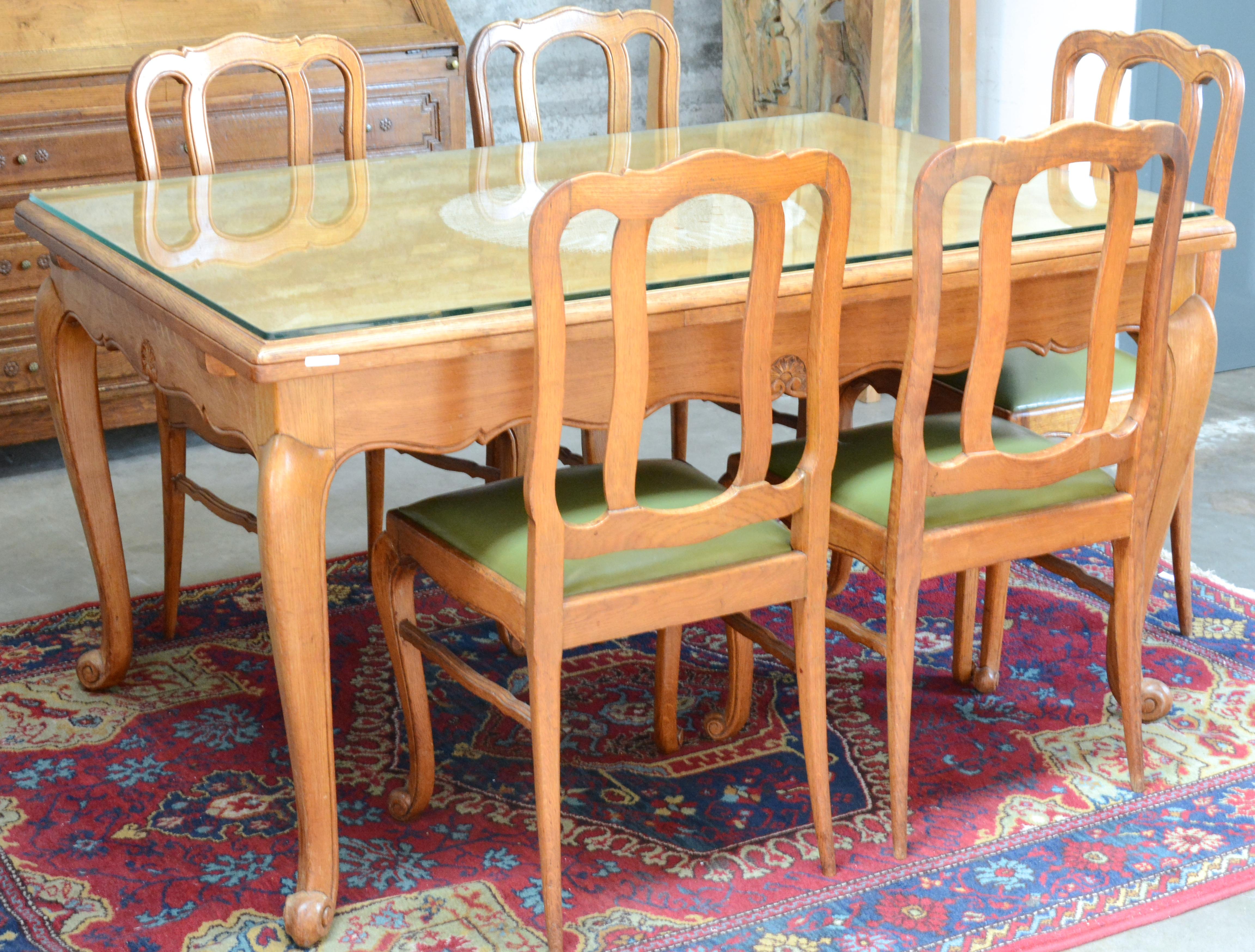 Een eetkamer van gesculpteerd eikenhout in lodewijk xv stijl bestaande uit een tafel met zes - Tafel een kribbe stijl industriel ...