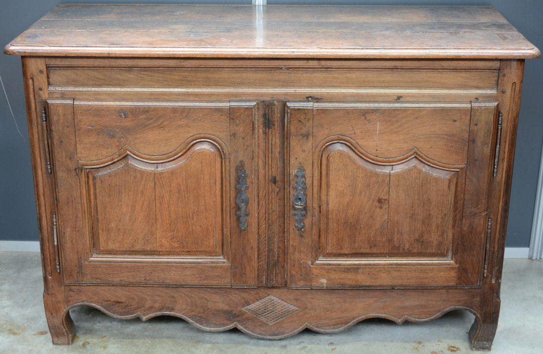 Een buffetkast van gebeeldhouwd eikenhout in lodewijk xv stijl met twee paneeldeuren jordaens - Garderobe stijl van lodewijk xv ...
