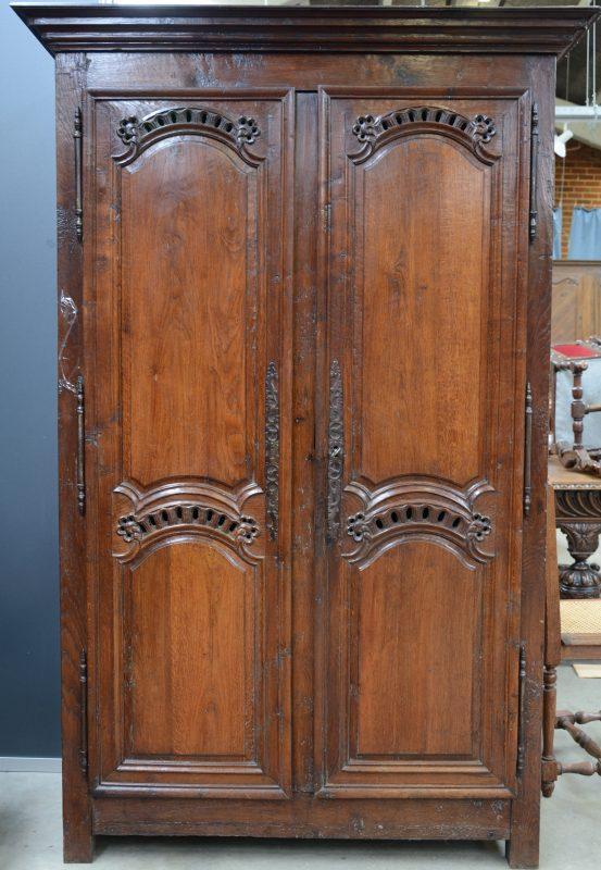 Een garderobe van gebeeldhouwd eikenhout in lodewijk xv stijl met twee gemoulureerde deuren - Garderobe stijl van lodewijk xv ...