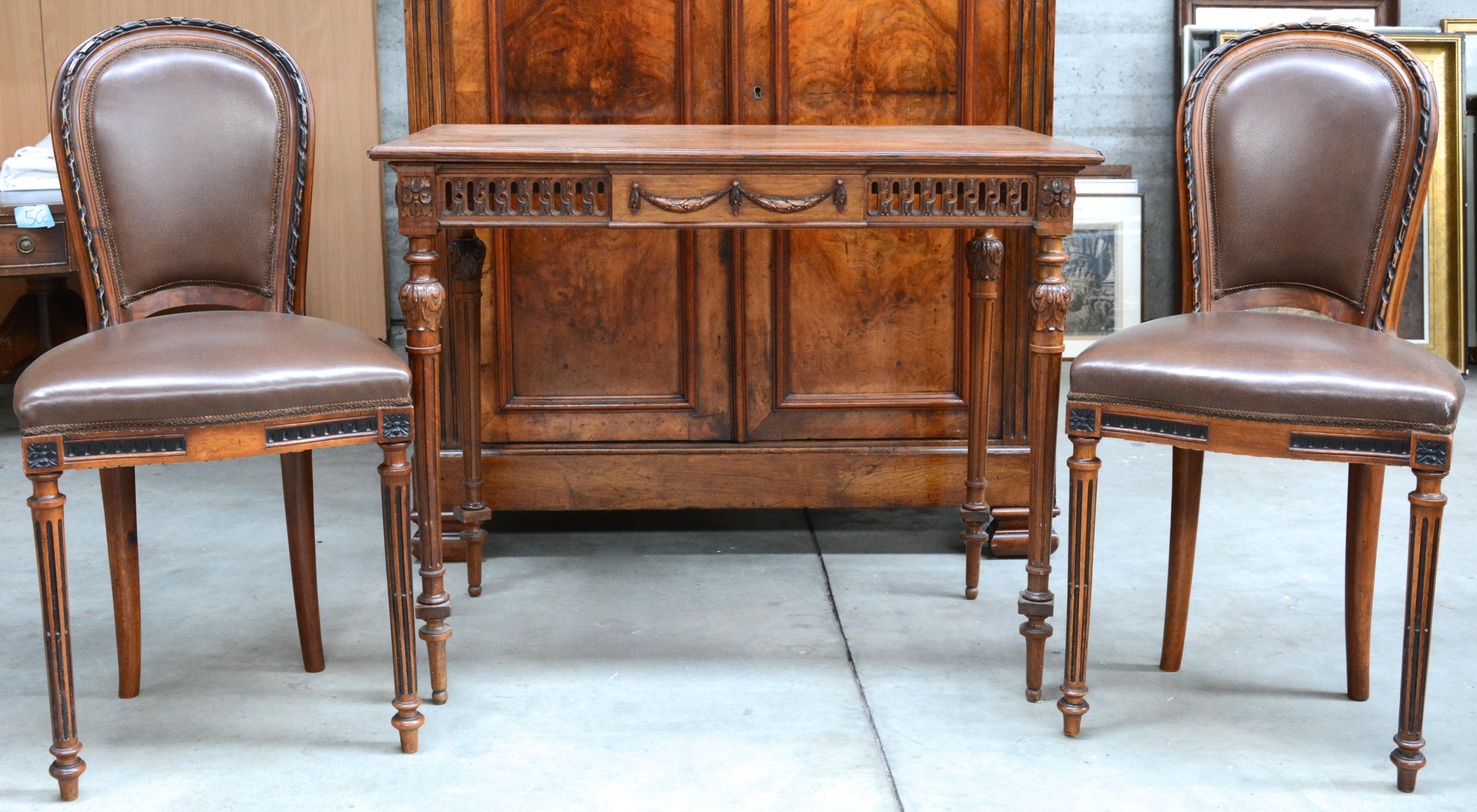 Een tafeltje en twee bijpassende stoelen van gesculpteerd hout in lodewijk xvi stijl jordaens - Stoelen leer en hout ...
