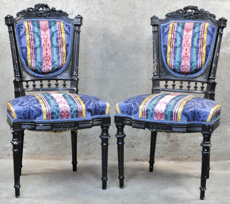 Twee stoelen van zwartgelakt hout in lodewijk xv stijl met een kleurrijke bekleding jordaens - Garderobe stijl van lodewijk xv ...