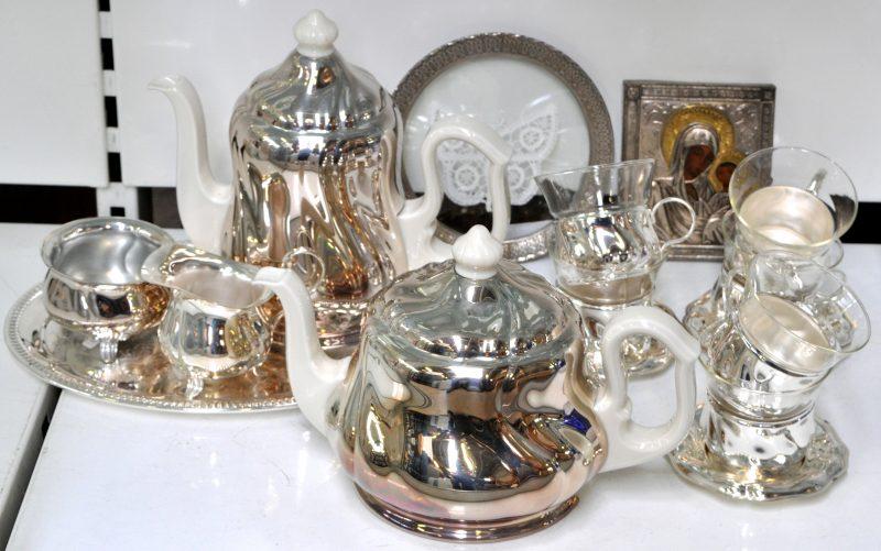 Een lot verzilverd metaal bestaande uit zes theeglaasjes op schoteltje een klein icoon een - Metaal schorsing en glazen ...