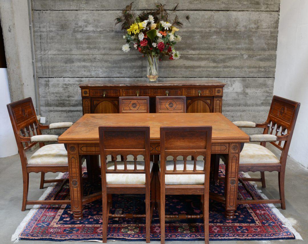 Een eetkamer in eclectische stijl bestaande uit een lange buffetkast met vier paneeldeuren - Een eetkamer voorzien ...