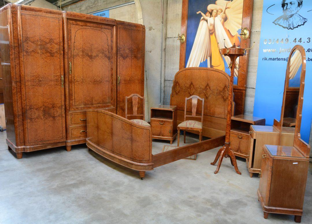 Een slaapkamer van wortelfineer bestaande uit een driedeursgarderobe een kaptafel met spiegel - Een nachtkastje ...