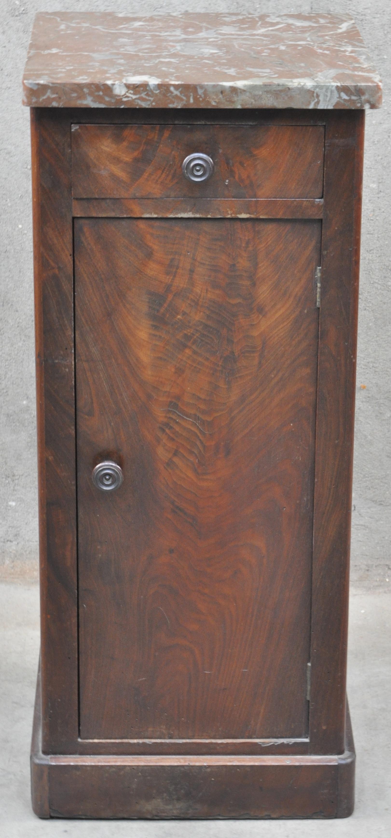 Een mahoniehouten nachtkastje met een lade boven een deurtje en een marmeren blad jordaens n - Een nachtkastje ...