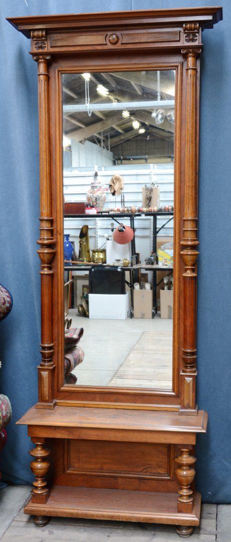 Een staande spiegel van gefineerd hout in classicistische for Staande spiegel hout