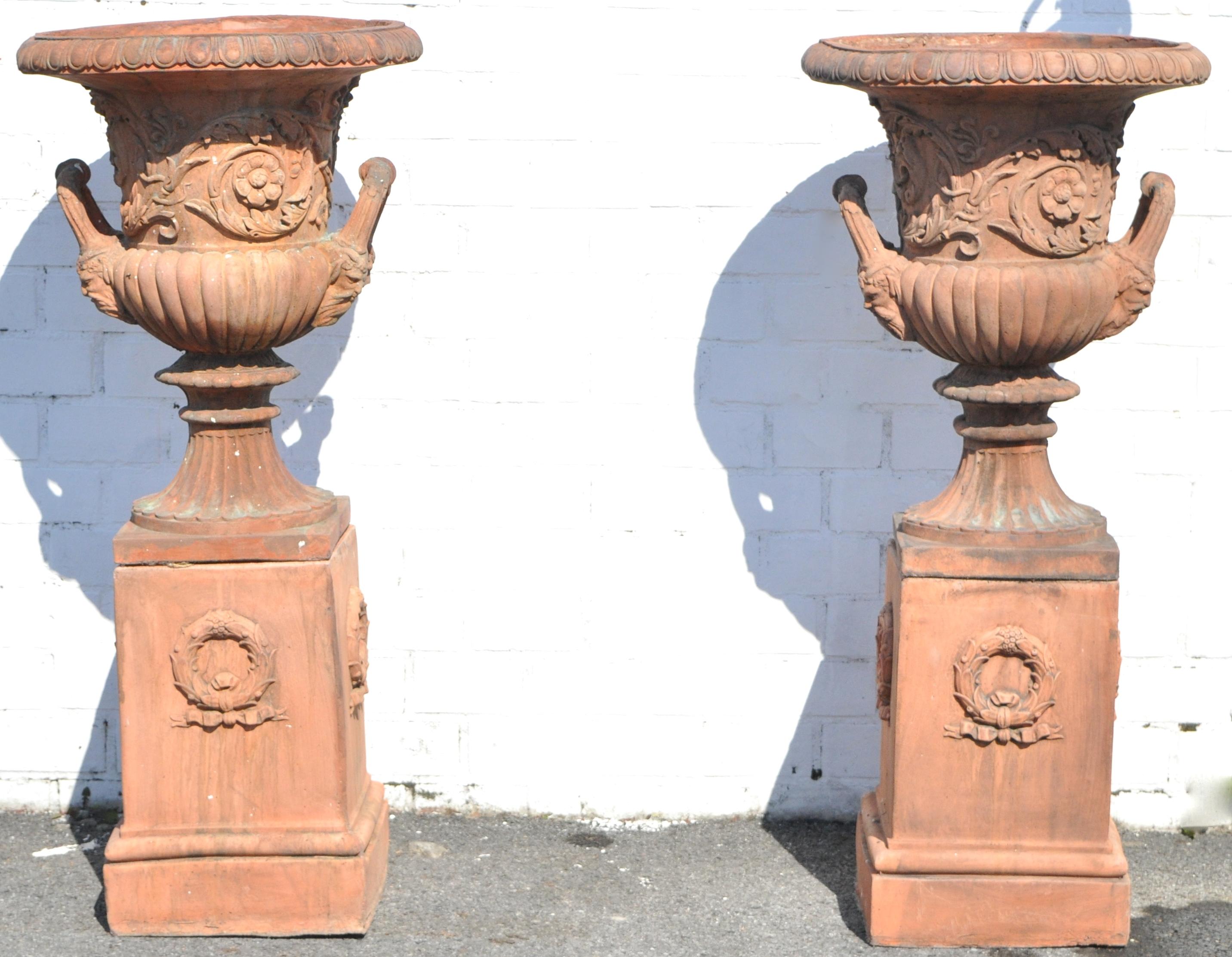 Een paar rijk gedecoreerde terracotta tuinvazen op sokkel jordaens n v veilinghuis - Terracotta sokkel ...