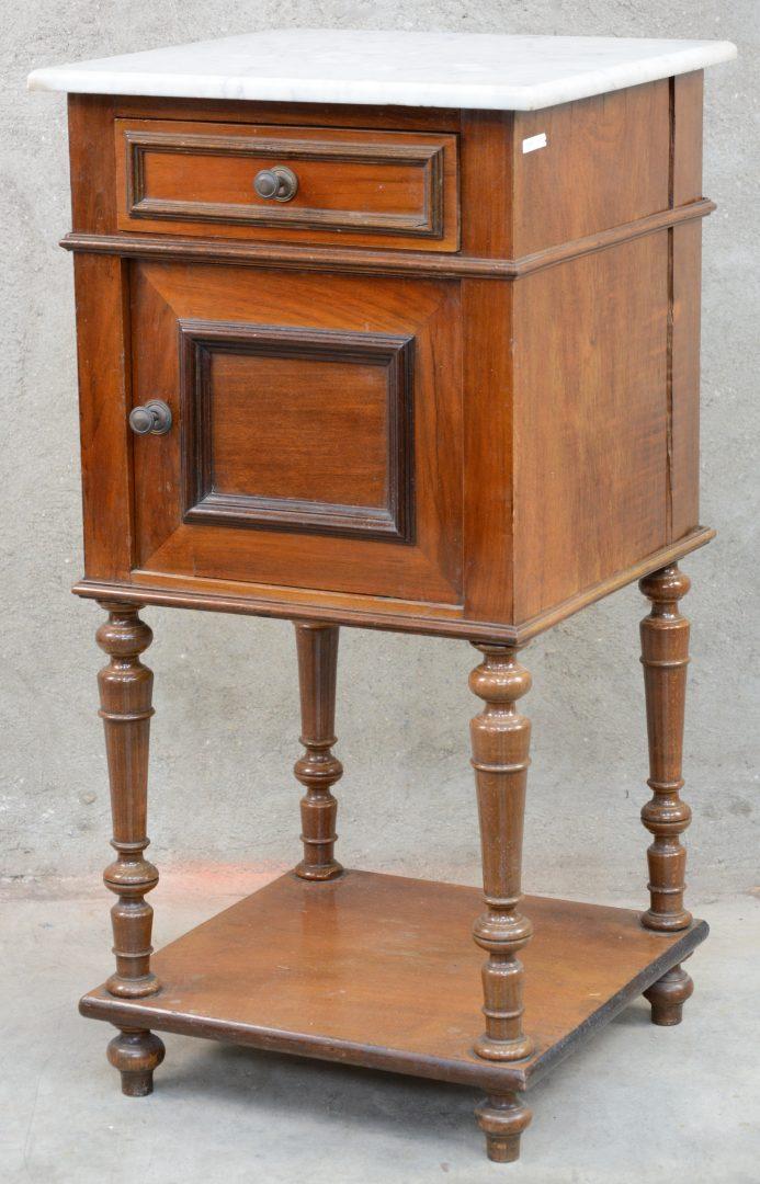 Een nachtkastje van gefineerd hout met een deurtje een lade en een marmeren blad jordaens n - Een nachtkastje ...