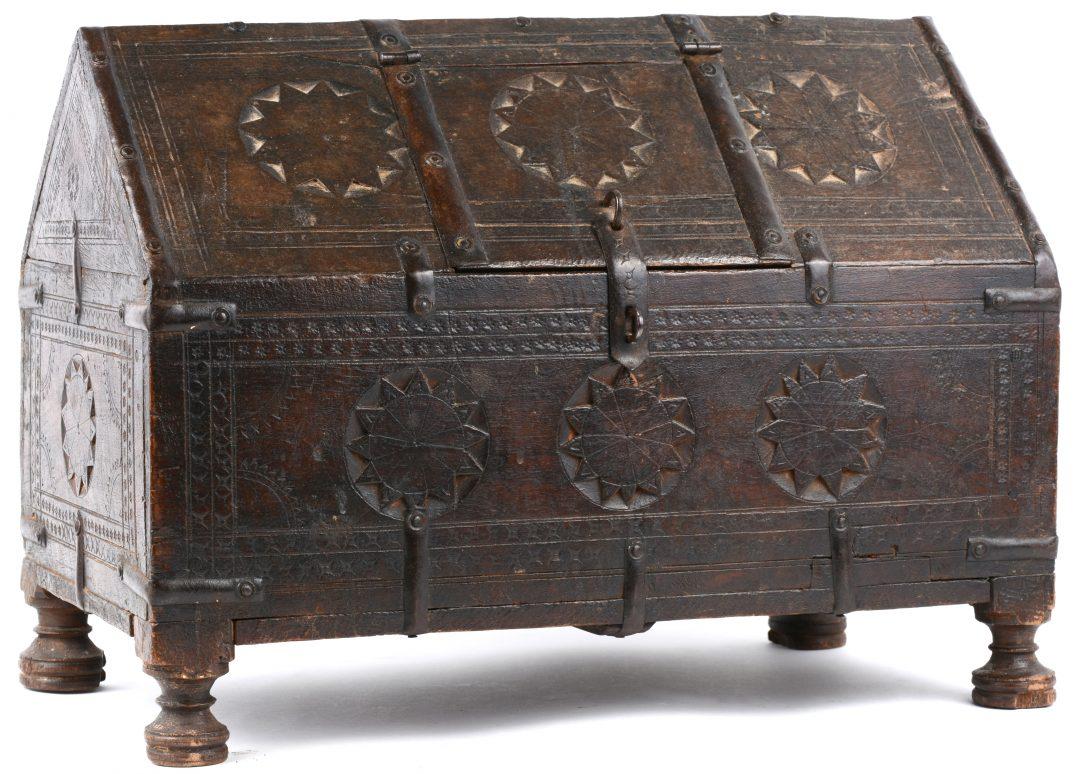 Een merkwaardig koffertje van gesculpteerd eikenhout xixe eeuw vermoedelijk spaans jordaens - Stijl asiatique ...