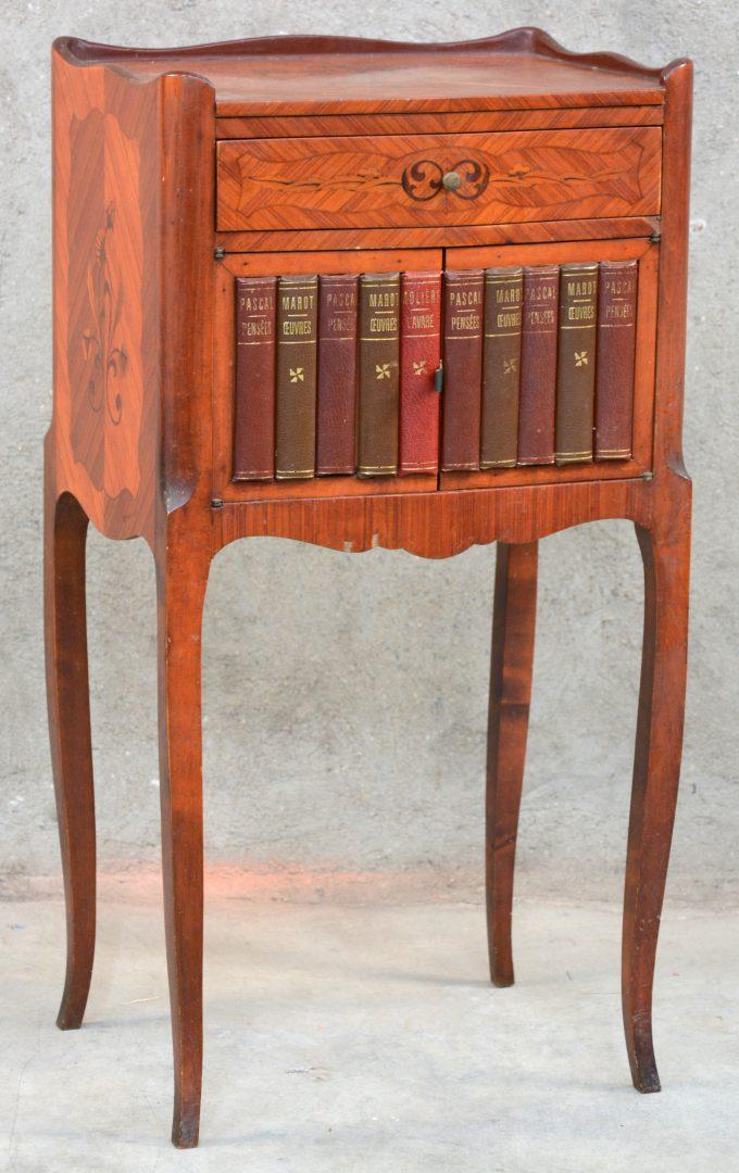 Een bijzetkastje met een lade en twee deurtjes in de vorm van een rij boeken in trompe l oeil - Stijl asiatique ...