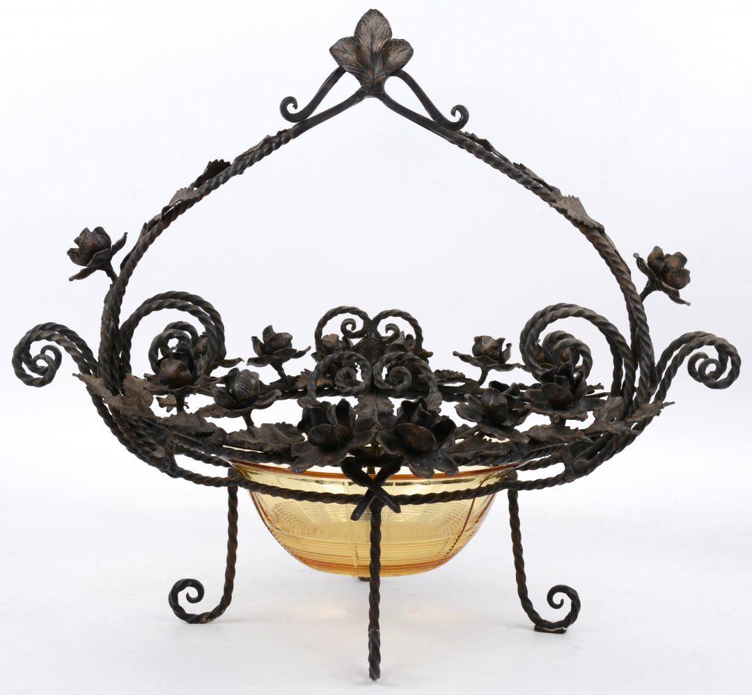 Een milieu de table van smeedijzer versierd met bloemen - Glazen salontafel en smeedijzer ...
