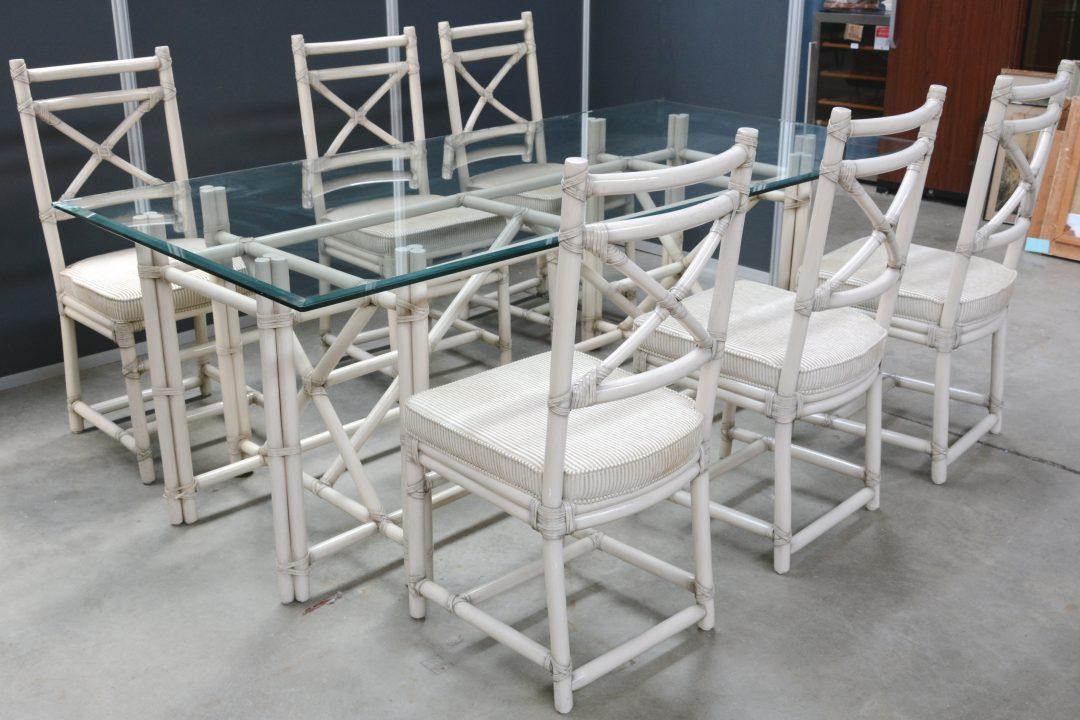 Een tafel van witgepatineerd bamboe met glazen blad en met zes bijpassende stoelen jordaens n - Glazen tafel gesmeed ijzer en stoelen ...