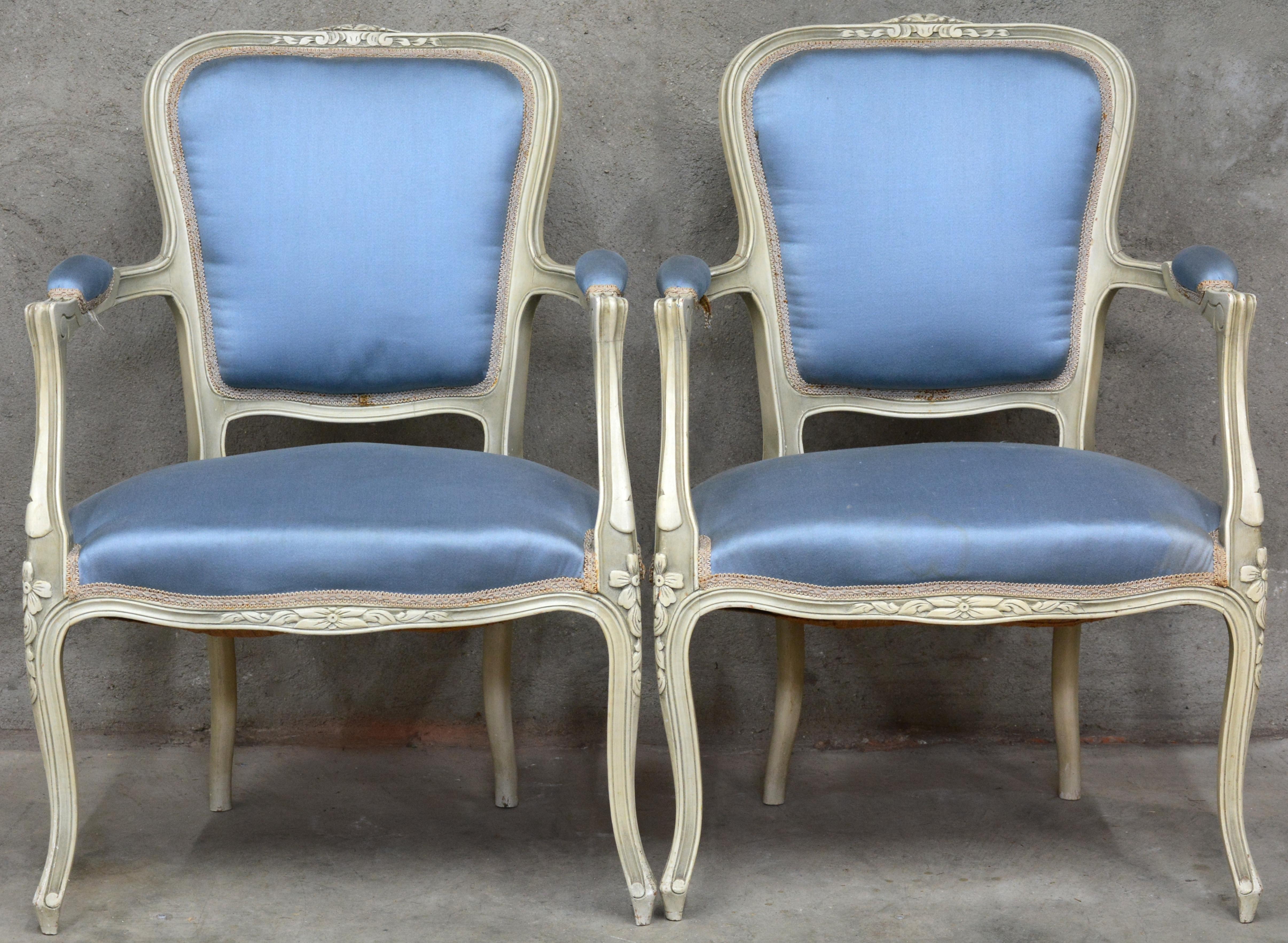 Een paar fauteuils en cabriolet in lodewijk xv stijl van witgepatineerd hout met blauwe - Garderobe stijl van lodewijk xv ...