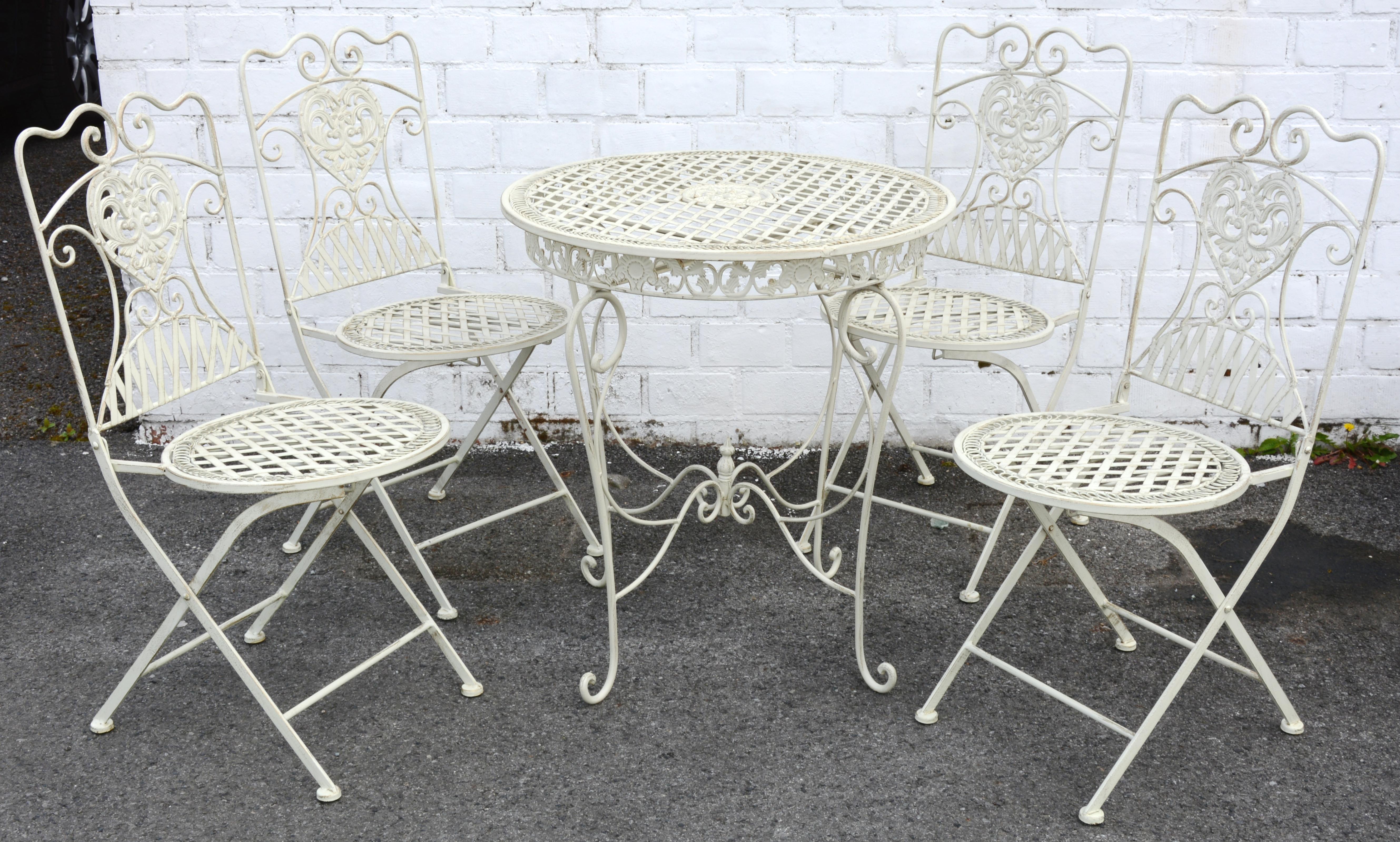 Een tuinstel van witgepatineerd ijzer bestaande uit een tafel en vier stoelen jordaens n v - Glazen tafel gesmeed ijzer en stoelen ...