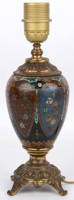 Een schemerlampje gemonteerd op een cloisonné vaas met messingen voet. Chinees werk, eerste helft XXe eeuw.