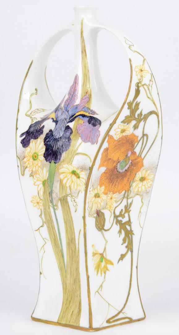 Rozenburg vaasje art nouveau van eierschaalporselein. Onderaan gemerkt, jaarteken 1903. Met waarmerk en decorateursteken. Minuscuul schilfertje aan een oor.