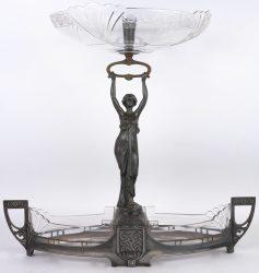 Een milieu-de-table van metaal en kristal.
