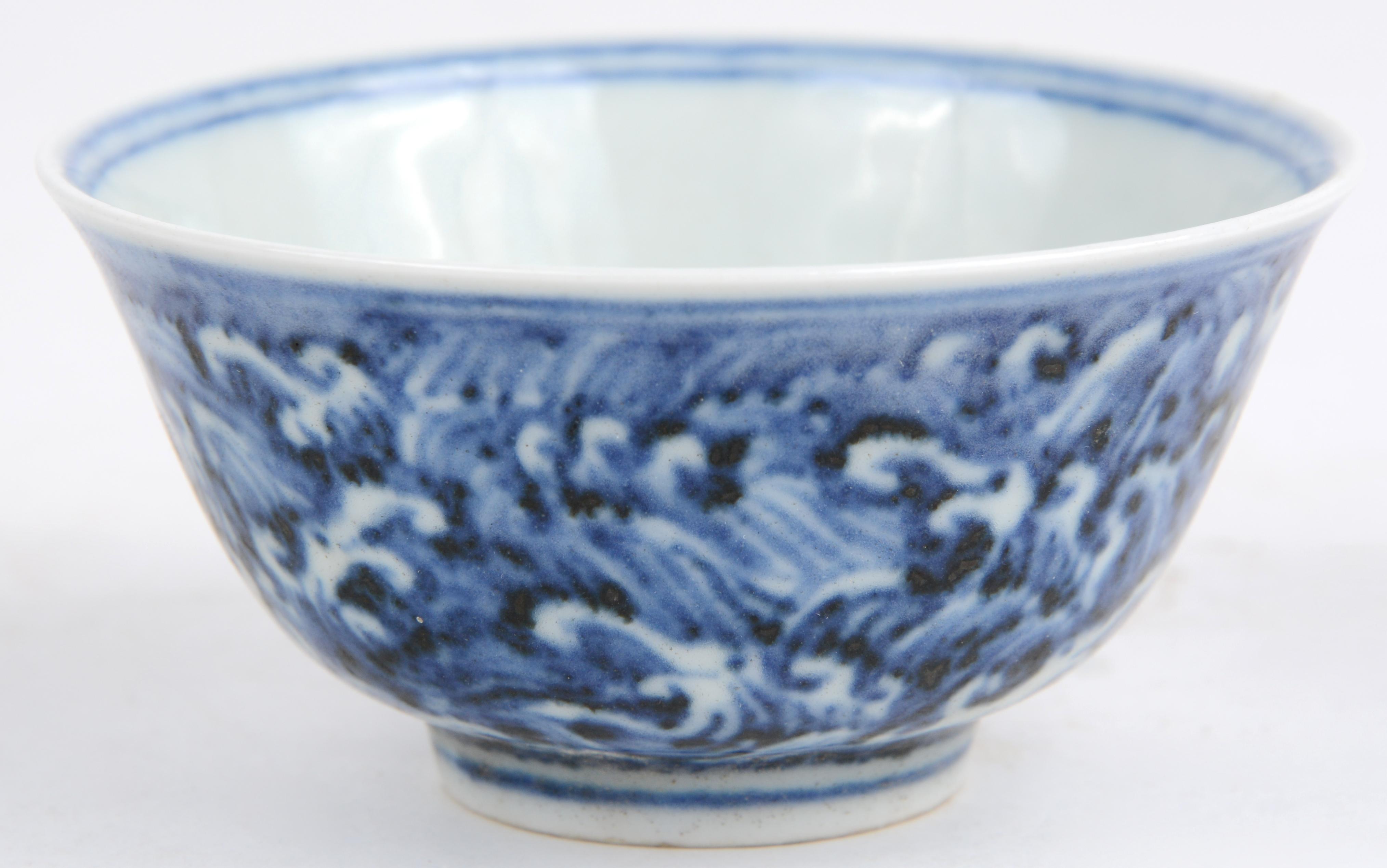 Chinees Porselein Merktekens Japans Porselein.Een Waterkommetje Van Blauw En Wit Chinees Porselein Met Chinese