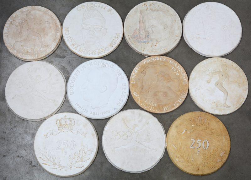 Een lot van elf plaasteren ontwerpen voor munten en medailles. Signaturen en monogrammen.