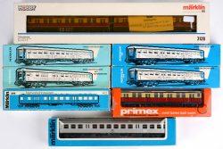 Een lot van zeven wagons, spoortype HO. Modellen 3128, 4042, 4046, 4077, 4082, 4083 & 4159. We voegen er een wagon model 3128 van Primex aan toe. Allen in originele doos.