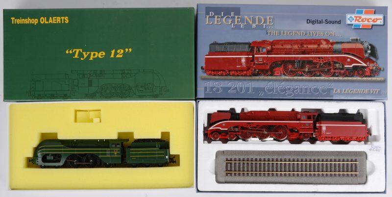"""Twee locomotieven voor spoortype HO:- """"Type 12"""" met rookunit, lichten en geluid. Zuid-Koreaanse makelij in opdracht van Treinshop Olaerts.- Roco, model 69203 met geluid. Beide in originele doos."""