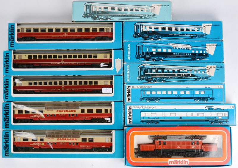 Een lot Märklin voor spoortype HO, bestaande uit een locomotief en elf wagons, waaronder panoramawagens. Wagons: 4064, 4085, 4087, 4090, 4169 (2X), 4224, 4294, 4296 & 4269 (2x).Locomotief: 3159 elektrolok krokodil 1020.Allen in originele doos.