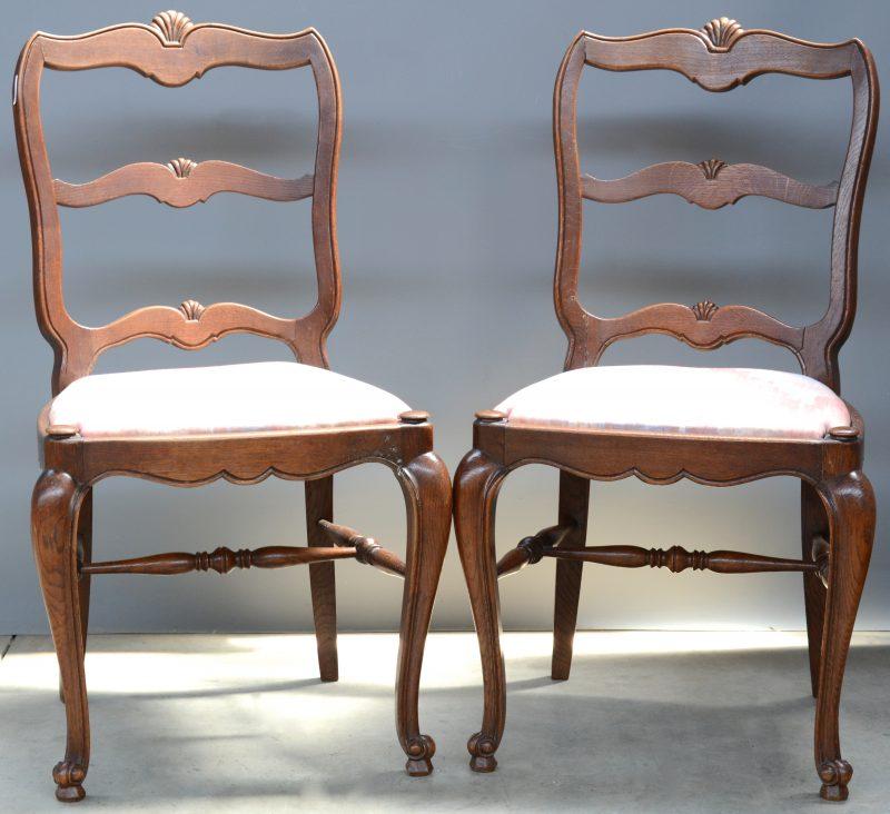 Een paar eikenhouten stoelen in Régencestijl.