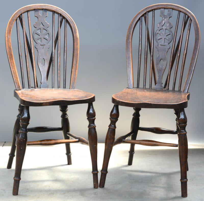 Een paar eikenhouten Windsorstoelen.