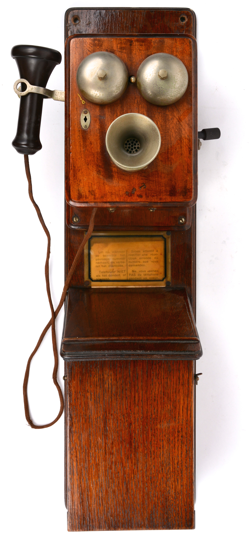 Een Oude Belgische Wandtelefoon Met Houten Kast Met